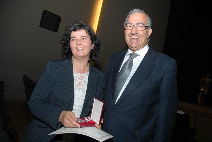 Fotografia de Josélia Neves e Raúl Castro na entrega da medalha de prata da cidade